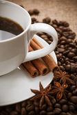 Blanco taza de aromático café con canela — Foto de Stock