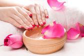 Piękny manicure z pachnących płatków róż i ręcznik. spa — Zdjęcie stockowe