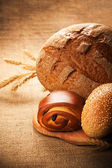 Assortment of fresh bread on burlap — Stockfoto