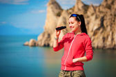 Woman tourist is looking for a way from the rocks top — Stock Photo