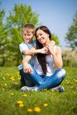 Szczęśliwą rodzinę w parku zielona. lato — Zdjęcie stockowe