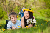 Famiglia felice in un parco verde. estate — Foto Stock