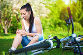 Girl fell from the bike in a green park — Stock Photo