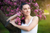 Pretty young woman in a green park — Stock Photo