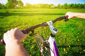 Cyclist in a green field on a bike. travel — Stock Photo