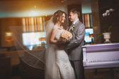 Mutlu gelin ve damat modern otel salonunda — Stok fotoğraf