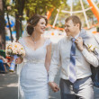 Bride and groom are sitting in the park — Stockfoto