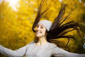 在一个黄色的秋天公园快乐的女人 — 图库照片
