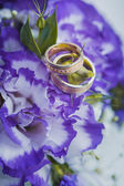 Beautiful golden rings on the blue wedding bouquet — Stock Photo