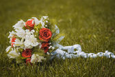 Wedding bouquet on the green grass — Stock Photo