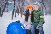 Szczęśliwą matką i synem grają ze śniegu — Zdjęcie stockowe