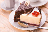 Chocolate cake and cheesecake — Stock Photo
