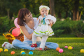 Baby and mom are playing in the green park — Foto de Stock