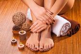 Brązowy manicure i pedicure na bambus — Zdjęcie stockowe