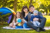 Família feliz são plaing no parque — Fotografia Stock