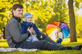 счастливый отец и ребенок играют в парке — Стоковое фото