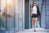 Donna che cammina in città — Foto Stock