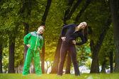 Son och mor göra övningar i parken — Stockfoto
