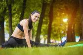 在公园里锻炼的漂亮女人 — 图库照片