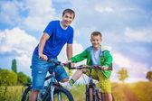 Padre e hijo en bicicleta — Foto de Stock