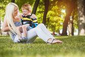 Mère avec fils dans le parc — Photo