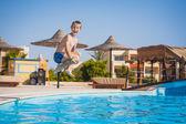 Niño nadando y saltando en la piscina. verano — Foto de Stock