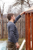 Carpenter Make a new greenhouse — Stock Photo