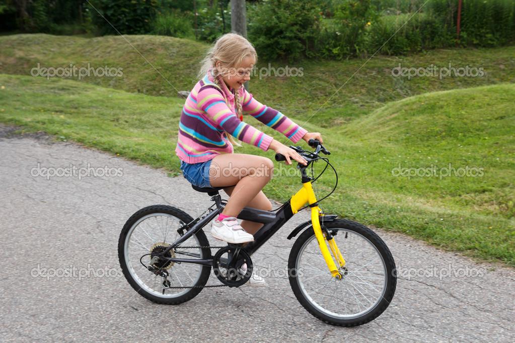 Imagen De Niña Andando En Bicicleta: Niña Aprendiendo A Andar En Bicicleta