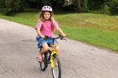 学骑自行车的小女孩 — 图库照片