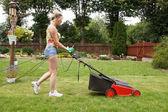Donna taglio giardino — Foto Stock