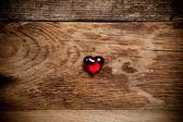 Coração vermelho na velha mesa de madeira — Foto Stock