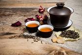 Tazas de té con tetera sobre mesa de madera antigua — Foto Stock