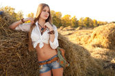 Porträtt av kvinna på fältet. — Stockfoto