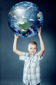 Child holding the earth in his hands — Fotografia Stock