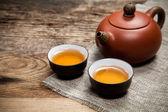 Tazze da tè con teiera sul tavolo — Foto Stock