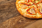 Salmone pizza on wooden table. — Foto de Stock