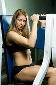Schöne sportliche muskulöse Frau — Stockfoto