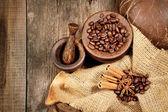 Zimt, sternanis und kaffeebohnen auf alten holztisch — Stockfoto