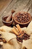 Skořice, badyánu a kávová zrna na starý dřevěný stůl — Stock fotografie