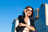 Attractive businesswoman using a cell phone in the city — Zdjęcie stockowe