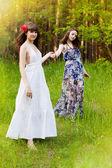 Mladé dívky v lese — Stock fotografie