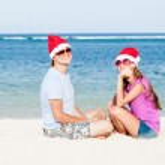 Beautiful couple in santa hats on tropical beach of Bali — Stock Photo #13889397