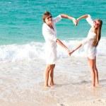 pareja joven divirtiéndose en playa tropical. luna de miel — Foto de Stock