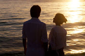 Romantic young couple sunset silhouette on beach. honeymoon — Stock Photo