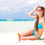 Woman in bikini with fresh watermelon juice on tropical beach — Stock Photo #22298763