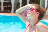 年轻漂亮的女人在游泳池中的肖像 — 图库照片
