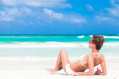 Donna in bikini sulla spiaggia — Foto Stock