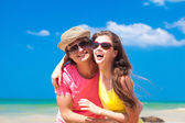 Closeup of happy young couple on beach smiling — 图库照片