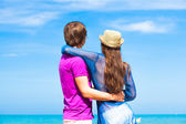 Back view of couple hugging on tropical beach in Thailand — Foto Stock