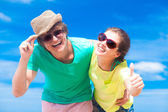 Closeup of happy young couple in sunglasses on beach smiling — Stockfoto